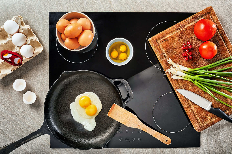skarpetki gotują wiejskie dania z jajek